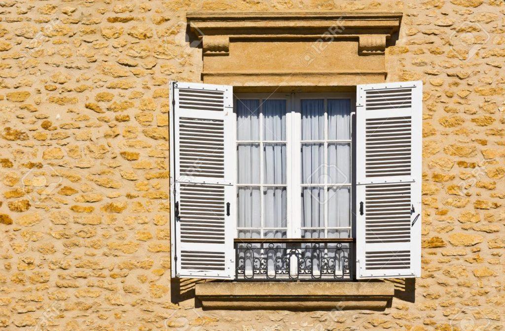 24725435 fenêtre français avec l ouverture du volet en bois 1024x672 - Les différents systèmes d'ouverture des volets