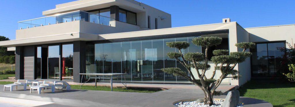 rideau de verre 1024x374 - Le rideau de verre, un système de fermeture innovant